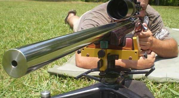 Нельзя направлять винтовку на человек
